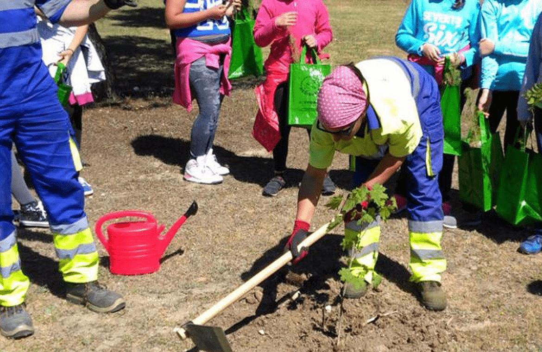 Los técnicos municipales de Pinto, ayudando a los niños a plantar los árboles / SER Madrid Sur